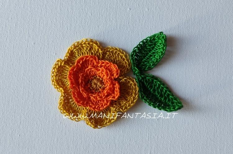 fiore uncinetto con petali bicolore
