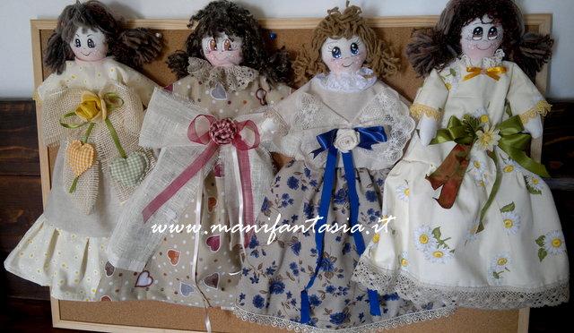come fare una bambola portasacchetti di stoffa
