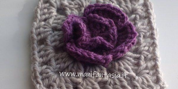 mattonella uncinetto bicolore con fiore