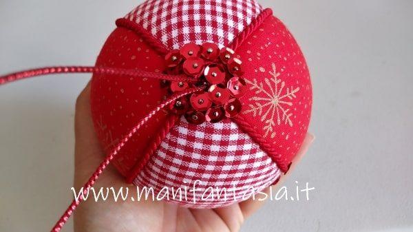 decorare le sfere natalizie con paillettes