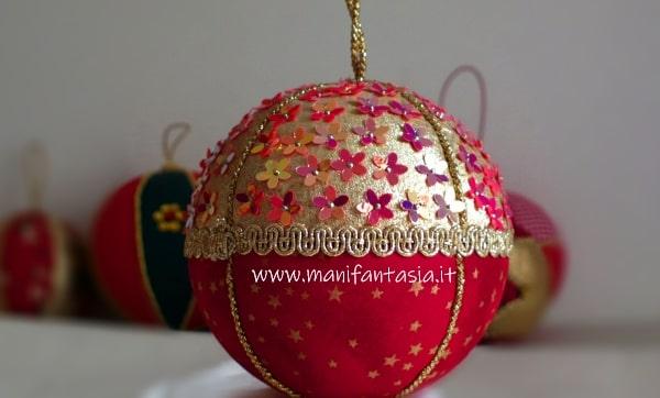 pallina di polistirolo natalizia rivestita con la stoffa