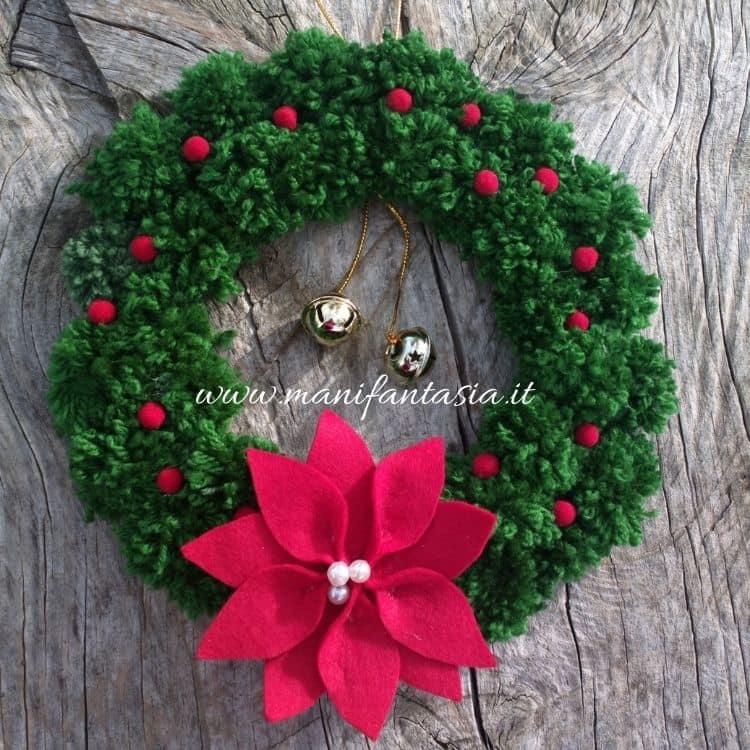 ghirlanda natalizia con pom pom di lana