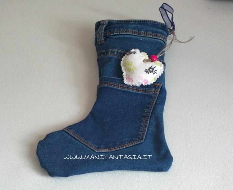 calza della befana realizzata con vecchi jeans riciclo