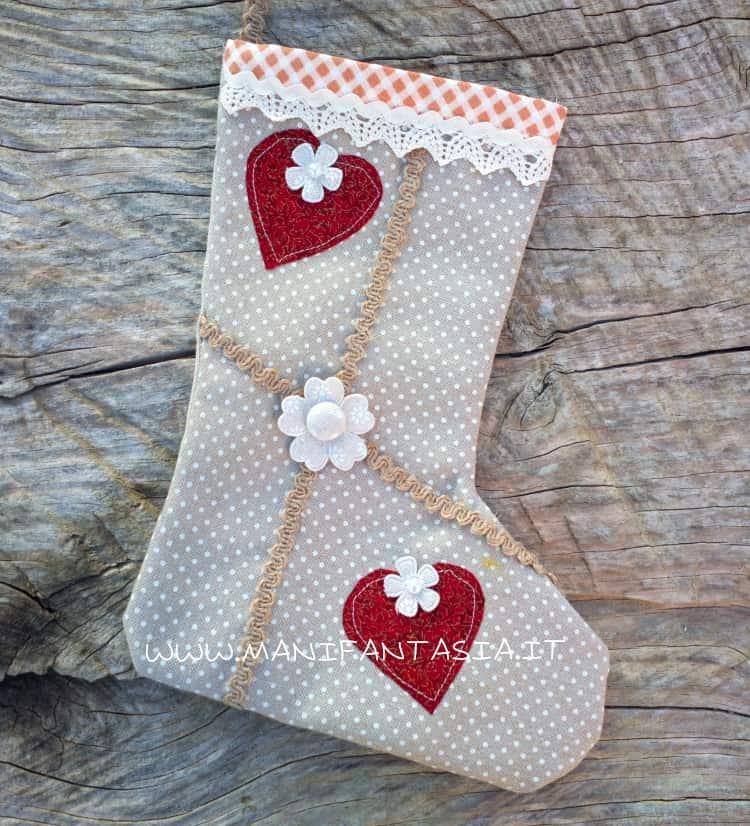 calze della befana di stoffa con ritagli di stoffa