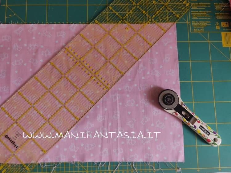 posizionare la stoffa sul tappetino da taglio