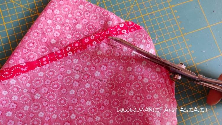 tagliare la spirale di sbieco con le forbici