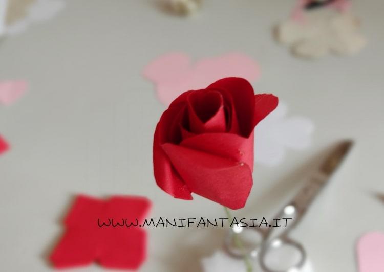 modellare leggermente i petali