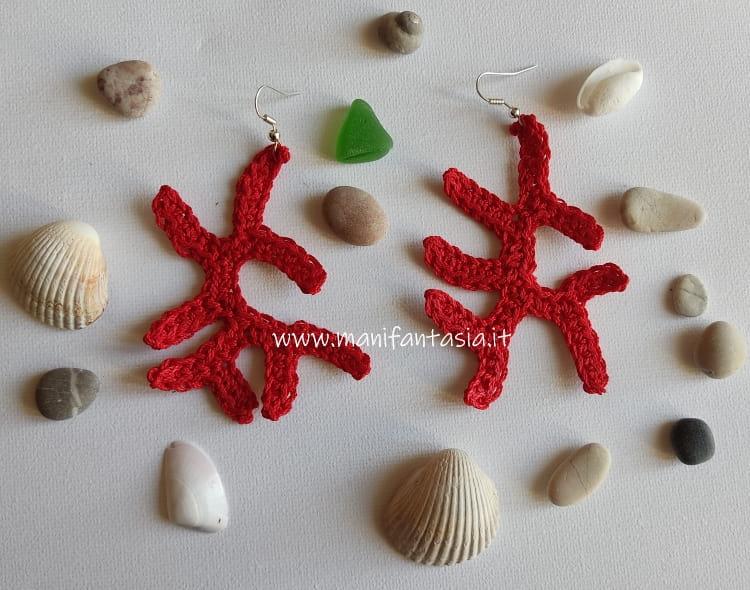 orecchini uncinetto di corallo a maglia bassa