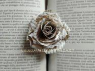 realizzare rose con carta di libri