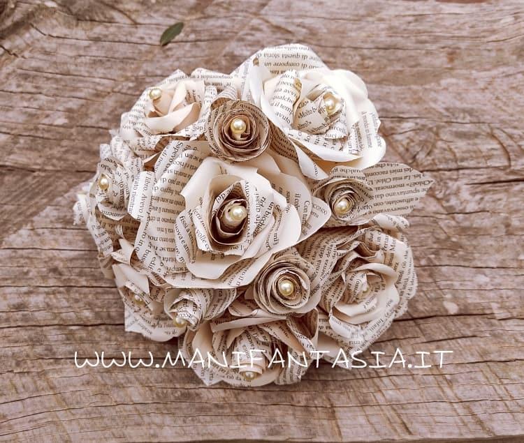 realizzare un bouquet da sposa di rose con carta di libro-spartiti-giornale