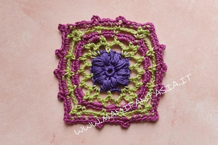 mattonella uncinetto con fiore centrale a punto nocciolina