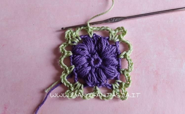 mattonella uncinetto con fiore centrale punto nocciolina schema