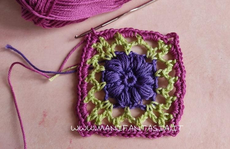 piastrella uncinetto con fiore centrale a punto nocciolina