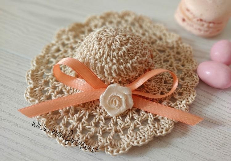 cappellino bomboniera uncinetto elegante
