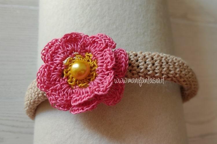 cerchietto ad uncinetto con fiore doppio e perla