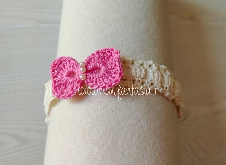 cerchietto ad uncinetto decorato con fiocco e perle