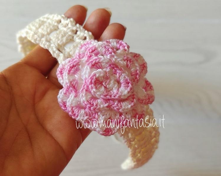 cerchietto ad uncinetto decorato con fiore arrotolato